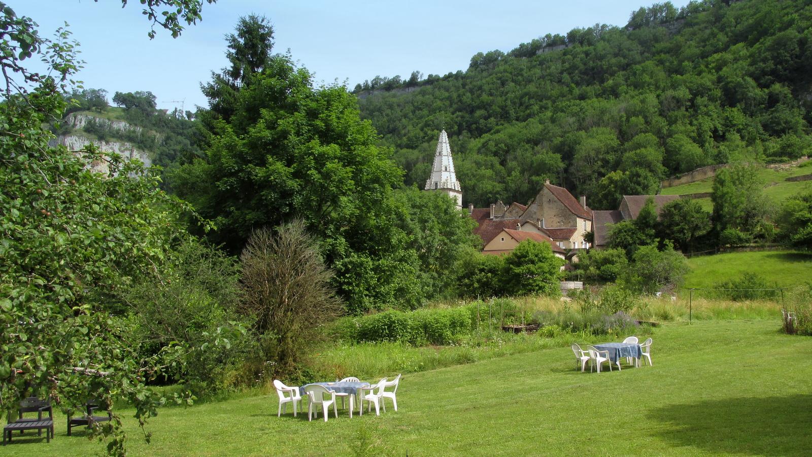 Jolie jardin avec grande pelouse et vues sur l'abbaye à votre disposition